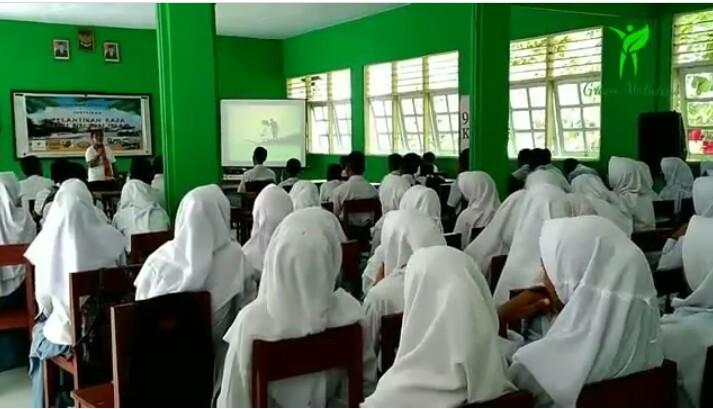 Sosialisasi dan edukasi pengelolaan sampah, di MAN, sirisori islam Malteng, tahun 2018